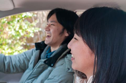 車の中で笑う男女