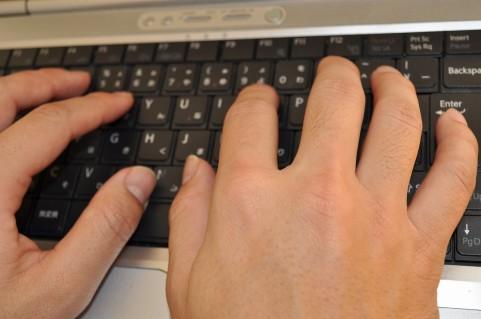 パソコンを操作する男
