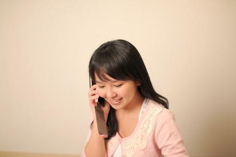 電話する女