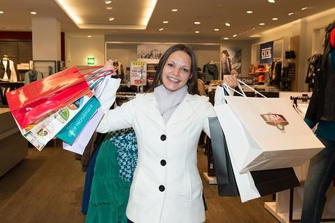 たくさんの買い物している女性