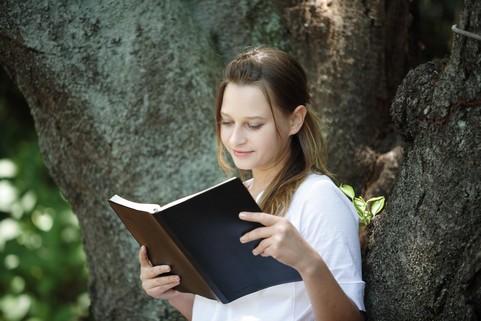本を読む白人美女