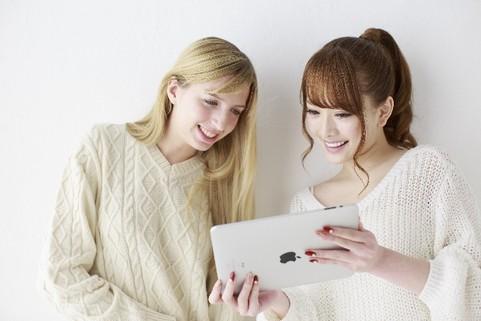 日本人と白人の美女2人