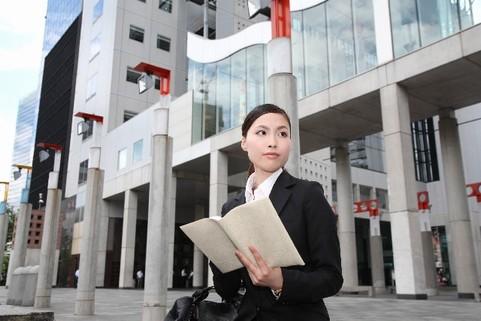 外国を歩くビジネスウーマン