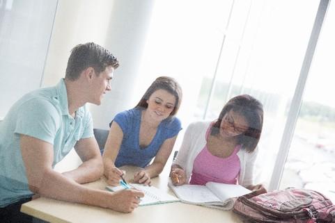 勉強する人々