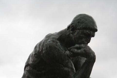 考える石像