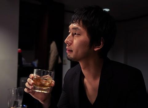 バーで酒を飲む男