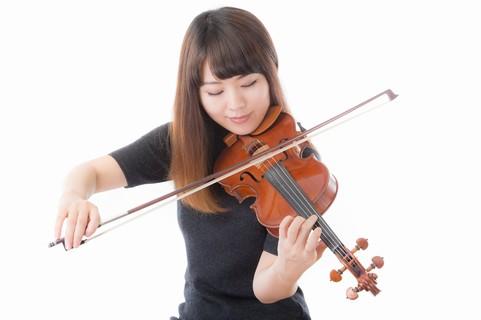 バイオリンを練習する美女