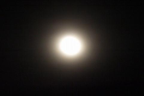 光り輝く月