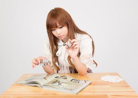本をいじる女子
