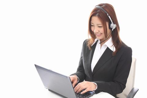 パソコン前で会話するビジネスウーマン