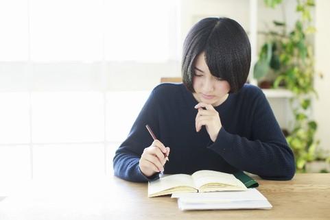 勉強する美少女