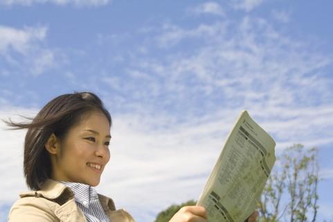英字新聞を読む女