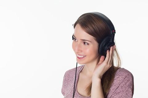 英語を聴く女性