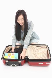 旅行の準備をする美女