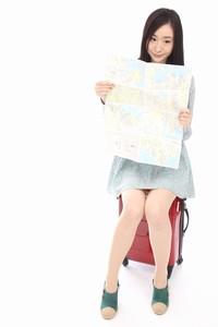 地図を広げる美女