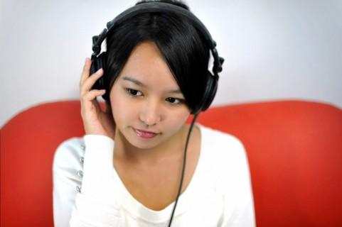 英語をリスニングする若い女の子