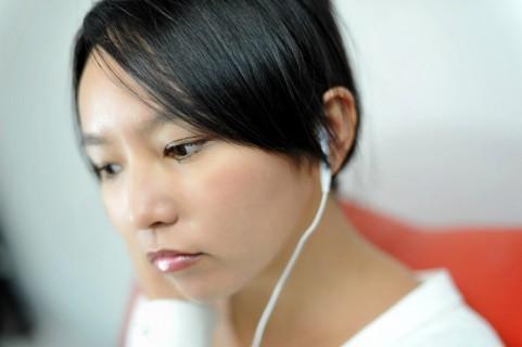 CDを聞く女の子