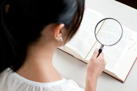 辞書を調べる女の子