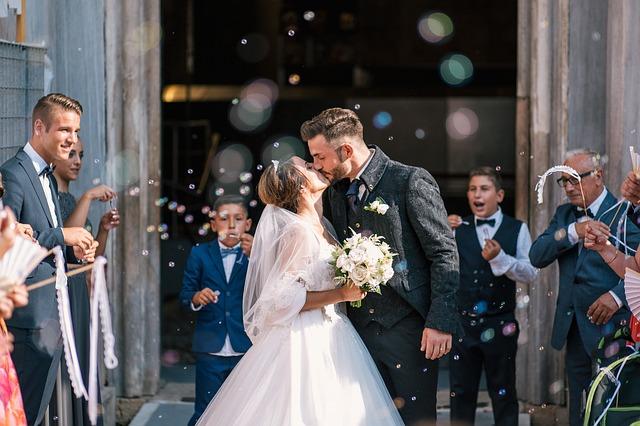結婚を祝う人々