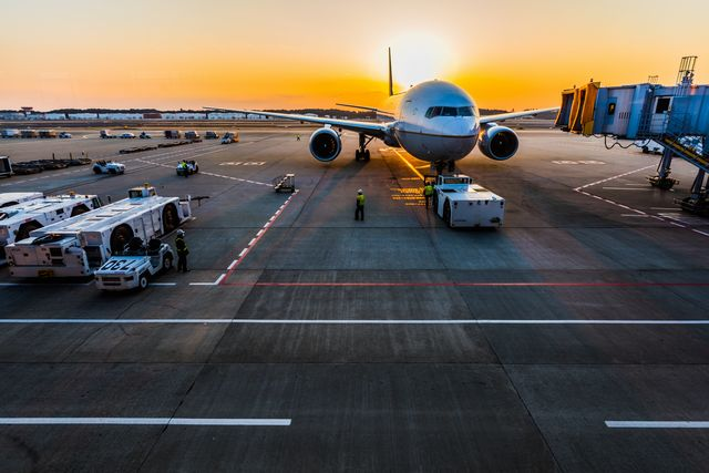 夕日が映える空港