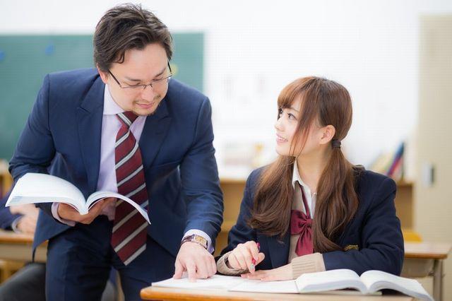 生徒に説明する教師