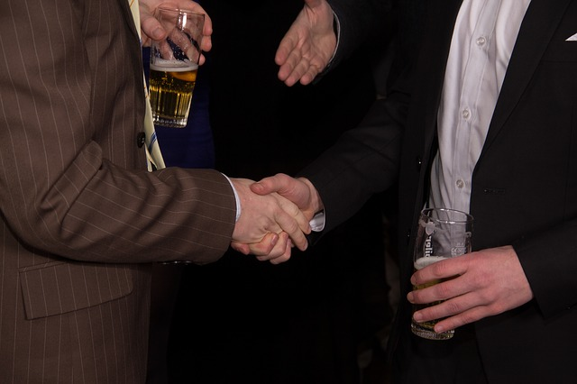 握手する男たち