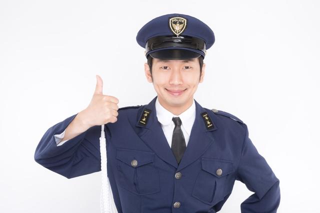 さわやかな笑顔の警察官
