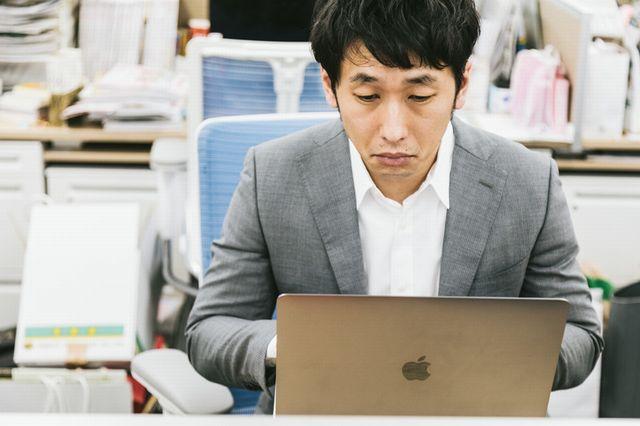 パソコン作業中の男