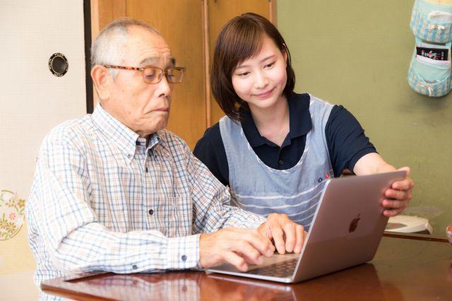 macbookで英語を勉強するシニア