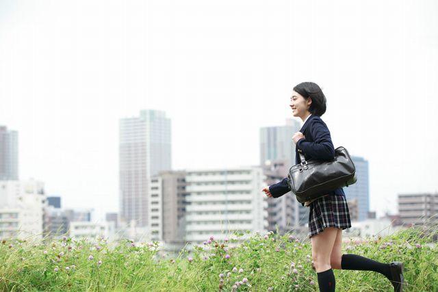 学校へ行く女子高生