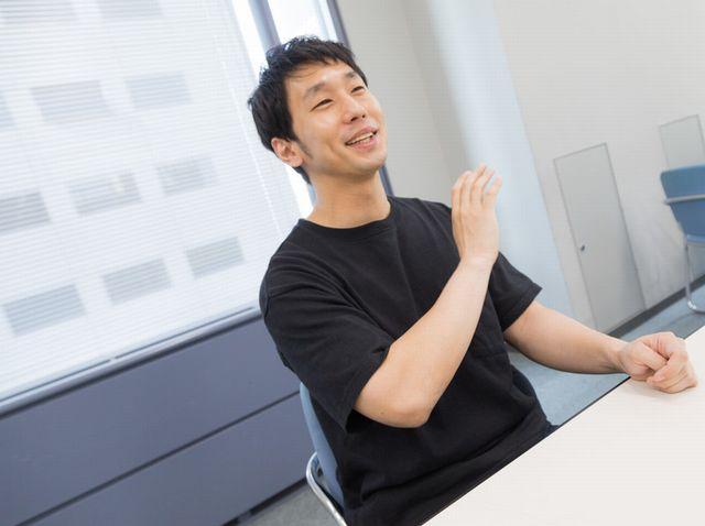 インタビューで饒舌にしゃべる男