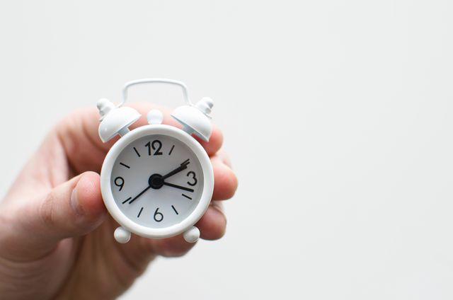 時計を見て時間を確認する