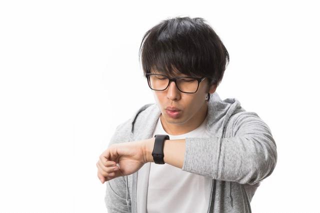 時計を気にする男