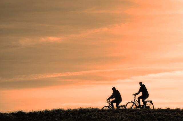 夕日のなか自転車を走らす男たち