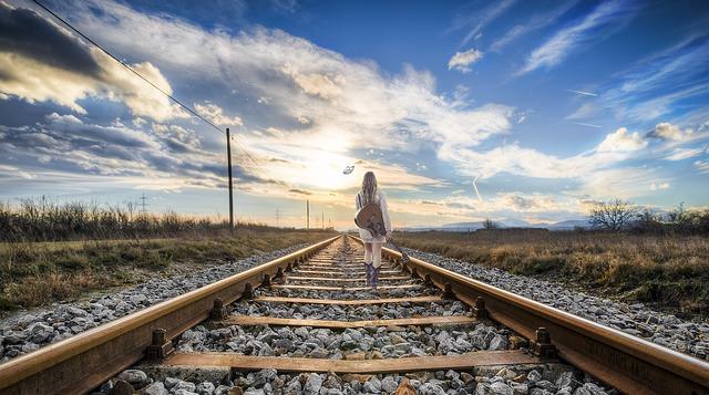 道を進む女性