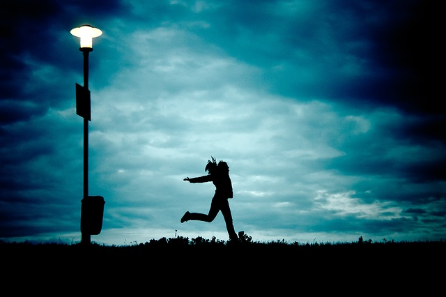恐怖に打ち勝とうとしている女性