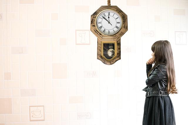 時計を見つめる女の子