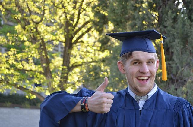 大学を卒業した男