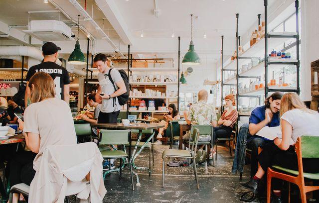 カフェに集う人々