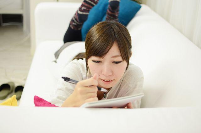 英語勉強中の女性