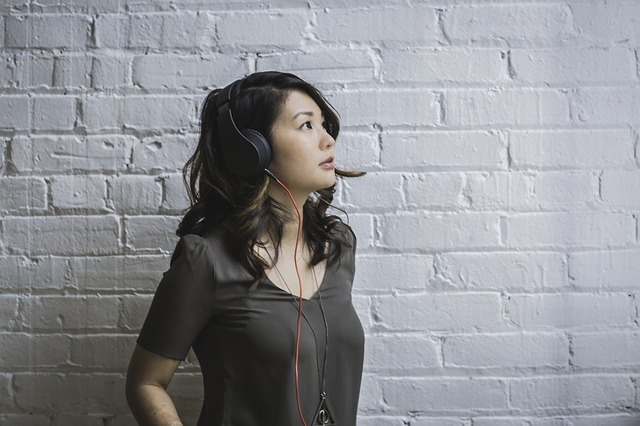 イヤフォンで英語を聴く女性