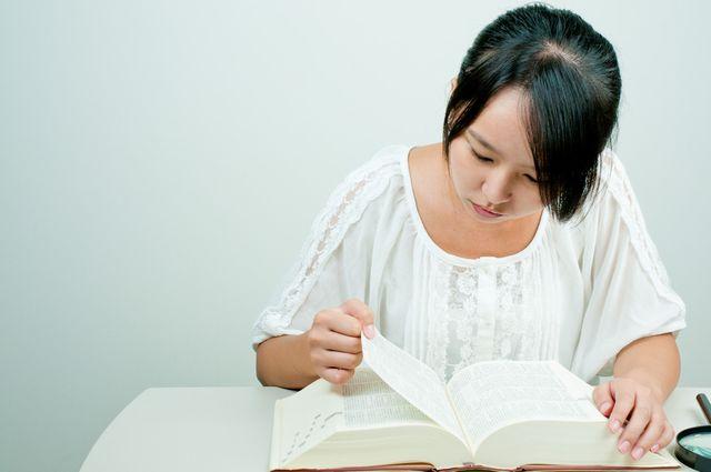辞書を使う若い女性