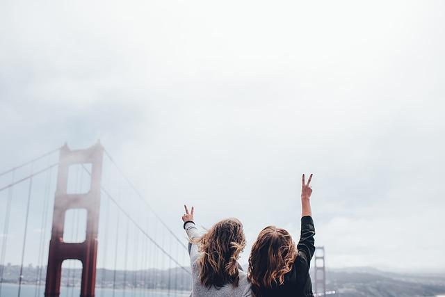 観光を楽しむ2人の女性