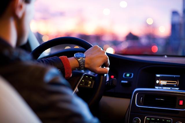 車を運転する男