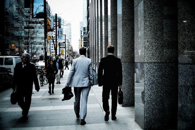 営業から戻る2人のビジネスパーソン